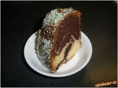 Vláčná bábovka se zakysanou smetanou 1 hrnek cukru, 3 vejce, 1 hrnek mléka, 1/2 hrnku oleje, 1 zakysaná smetana (200 - 250g), 2 hrnky polohrubé mouky, 1 PP, 2 lžíce kakaa POSTUP PŘÍPRAVY Vyšleháme vejce s cukrem do pěny, poté přidáme olej, smetanu a mléko Bunt Cakes, Sweets Cake, Healthy Diet Recipes, Pavlova, Pound Cake, Amazing Cakes, Sweet Recipes, Sweet Tooth, Bakery