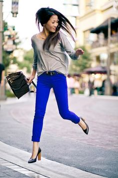 Usually do not like bright pants.these cobalt pants are hot! Bright Blue Jeans, Royal Blue Jeans, Bright Pants, Blue Denim, Cobalt Jeans, Blue Skinnies, Wendy's Lookbook, Look Fashion, Fashion Clothes
