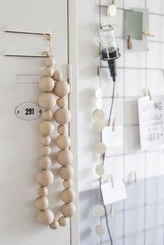 Interieurstyling met draadrek, kralenketting, looplamp   interieurinspiratie by Via Lin