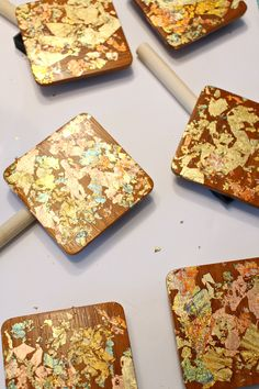Use variegated gold leaf flakes to create these easy DIY gold leaf coasters. Upcycle vintage teak coasters to create a beautiful hostess gift. Perfect for holiday entertaining! Gold Home Decor, Diy Home Decor, Gold Diy, Upcycled Vintage, Diy Organization, Hostess Gifts, Gold Leaf, Teak, Mid-century Modern