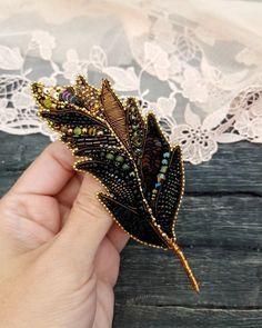 570 отметок «Нравится», 20 комментариев — 🦋1000 и 1 БРОШЬ🦋 (@vitash_tatiana) в Instagram: «Привет, милые девушки!🤗. Сегодня сразу две бабочки 🦋🦋. Одна в небесно-голубых тонах, другая в…» Diy Embroidery Crafts, Embroidery Leaf, Bead Embroidery Jewelry, Hand Embroidery Designs, Brooches Handmade, Handmade Jewelry, Sequin Crafts, Fabric Flower Brooch, Beadwork Designs