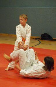 Aikido Kindertraining mit Aikido Kyuprüfungen in der Hauptschule Auhof, Linz: Wurf