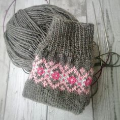 Knitting Patterns Socks Sock knitting on a Saturday afternoon♥ Crochet Socks, Knit Mittens, Knitting Socks, Crochet Yarn, Knit Socks, Knitting Charts, Free Knitting, Knitting Patterns, Patterned Socks