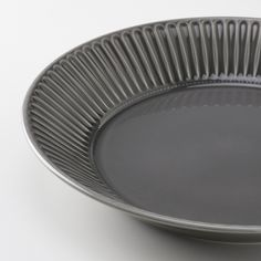 The idea with STRIMMIG is to use the entire series when setting the table, or match parts with other porcelain. Modern, clean details combined with a crafted feel – giving you many possibilities. Ikea, Serving Plates, Serving Dishes, Earthenware, Stoneware, Table Color, Grey Plates, Color Glaze, Motif Floral