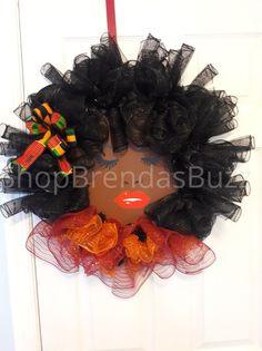 Face wreath inspired with African influences. Xmas Wreaths, Deco Mesh Wreaths, Hair Wreaths, Wreath Crafts, Diy Wreath, Wreath Ideas, Diy Kwanzaa Decorations, African Christmas, African Traditions