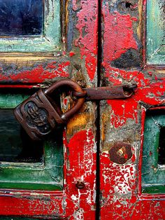 Texture Pattern and Color Inspo today in Beautiful Decay Cool Doors, Unique Doors, Afrique Art, Peking, Door Knobs And Knockers, Summer Palace, Peeling Paint, Paint Stain, Rusty Metal