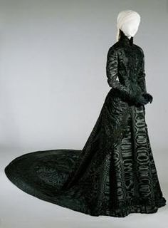 Black court dress, Empress Elisabeth Manufacturer:Fanni Scheiner Owner:Empress Elisabeth daughter of Maximilian of Bavaria Wittelsbach 1837 - 1898 Black court dress of Empress Elisabeth Vienna about 1885 1880s Fashion, Edwardian Fashion, Vintage Fashion, Vintage Outfits, Vintage Dresses, Historical Costume, Historical Clothing, Court Dresses, Retro Mode