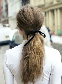 HAIR / Ponytail tied with a ribbon