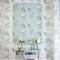 Die Tapete mit Blüten & Schmetterlingen von AMBORELLA metallic-türkis von Harlequin!