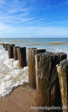 Holzpfähle an der Nordsee - Meer
