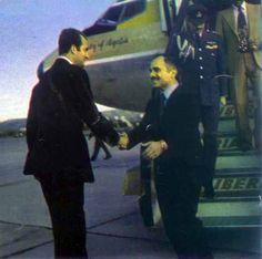Don Juan Carlos de Borbón, todavía Príncipe de España, acudió al aeropuerto de Barajas para recibir al Rey Hussein de Jordania, que llegaba para asistir a la proclamación del Rey y al entierro de Franco