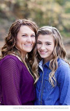 Beautiful Mom and Me Photos for Mothers Day - Portrait Photography by One Willow… Family Portrait Poses, Family Posing, Portrait Ideas, Family Pictures, Senior Pictures, Photography Kids, Family Portrait Photography, Photography Tutorials, Posing Guide