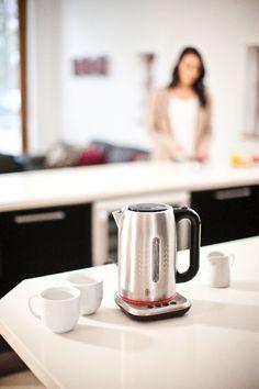 Wodę należy gotować do temperatury odpowiedniej dla danego napoju. Zielona herbata smakuje dużo lepiej, jeżeli zalejemy ją wodą o temperaturze 70°C, a czarna ma bogatszy smak w wodzie o temperaturze wrzenia. Czajnik Illumina posiada pierścień świetlny, który zmienia kolor w zależności od tego, jak ciepła jest woda. W ten sposób od razu wiemy, kiedy osiągnie ona właściwą temperaturę. Pierścień zmienia też kolor podczas ochładzania. Kliknij www.kochamdom.pl