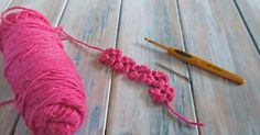 Whether you want to make it into a bracelet, a headband or use it as a decoration, this crochet flower chains is the perfect accessory!