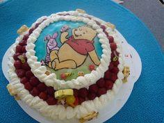 Mansikka Nalle Puh -kakku. Tämän reseptin on tehnyt Kotikokki.netin nimimerkki Minsci