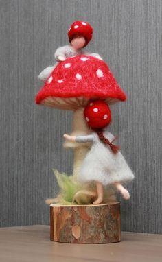 Mit der Nadel gefilzt Gnome Kinder. Fliegenpilz Kinder Pilz Puppen, Waldorf inspirierte, Elsa Beskow, skandinavische Kunst Puppen Das Maß der Gnome Kinder Puppen: Die Gnome-Kinder sind etwa 4,5 (11cm) groß. Der Pilz (Pilz) ist etwa 7,5 (18cm) in der Höhe ohne einem Holzsockel. Der