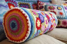 granny circle pillow - idea for a bolster pillow covered with crochet motifs … Crochet Afghans, Crochet Cushions, Crochet Pillow, Crochet Squares, Crochet Motif, Crochet Patterns, Granny Squares, Love Crochet, Beautiful Crochet