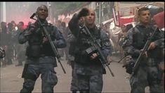 Em meio à crise do Rio, policiais e bombeiros se arriscam para salvar vidas