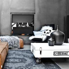 Salontafel opwielen, schapenvacht wit, tapijt extra oververfd, plaid nep- bont, denim kussen met handvat, fles mat zwart van HK living by www.villajipp.nl! Gratis verzenden! ------------------------------------------------- Salon table on wheels, skeep skin white, rug blue extra overdied, throw fur-like blue, printed cushion black/white, carafe matt black, cushion denim with handle, all available at www.villajipp.nl !