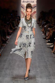 Belle découverte et coup de coeur de l'été 2014: la créatrice autrichienne Lena Hoschek. C'est en lisant les articles relatifs à la Mercedes Fashion Week de Berlin qui s'est tenu en juillet dernier que nous avons découvert cette talentueuse créatrice. A l'occasion de ce rendez-vous de mode allemand, la créatrice a présenté sa collection Printemps ...