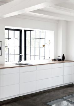 black and white kitchen / cuisine - noir et blanc