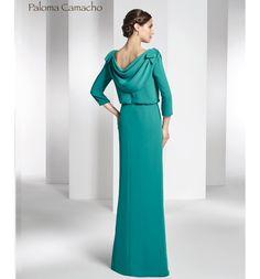 Vestido de Madrina largo, en crep con cuello redondo y escote a la espalda