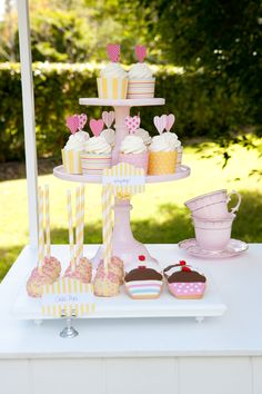 A Lemonade party is perfect for the summertime! Pink and yellow lemonade stand cupcake decoration ideas | Original partyware from Papereskimo.com