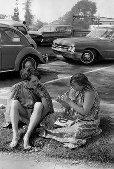 Quartier de Watts, Los Angeles, Californie, USA, 1967 by Henri Cartier-Bresson Henri Cartier Bresson, Magnum Photos, Robert Doisneau, Dream Pictures, Old Pictures, Black White Photos, Black And White Photography, Candid Photography, Street Photography