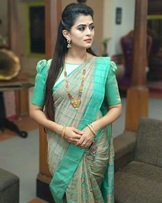 In a cyan color saree, elbow length sleeve blouse design and hip key chain Blouse Back Neck Designs, Kids Blouse Designs, Bridal Blouse Designs, Pattu Saree Blouse Designs, Saree Blouse Models, Stylish Blouse Design, Saree Look, Sleeve Designs, Jay