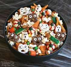 Halloween Snack Mix ....such a fun Party Mix filled with spooky snacks & terrifying treats....so fun! Halloween Desserts, Recetas Halloween, Halloween School Treats, Halloween Dinner, Halloween Goodies, Halloween Food For Party, Halloween Pretzels, Halloween Popcorn, Halloween Office