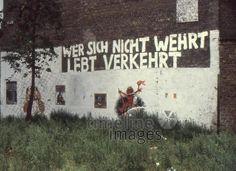 Spruch an einer Hauswand in Kreuzberg, Berlin, 1972 RalphH/Timeline Images #1970er #1970s #70er #70s #Graffiti #Graffitis #Parole #Hauwand #Berlin