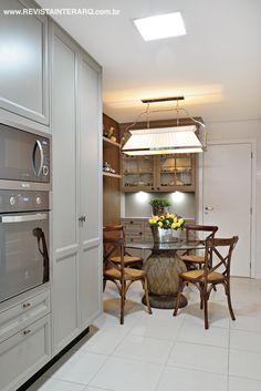 Os armários da linha Charm, da Florense, e a luminária de estilo (Luminá Ribervent) ditam a personalidade retrô da cozinha