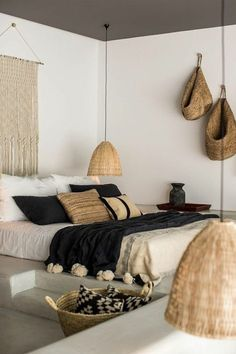 chambre a coucher moderne, murs blancs, deco exotique dans la chambre a coucher … modern bedroom, white walls, exotic deco in the complete adult bedroom Home Bedroom, Bedroom Furniture, Bedroom Decor, Bedroom Ideas, Design Bedroom, Budget Bedroom, Wall Decor, Bedroom 2018, Bedroom Chest