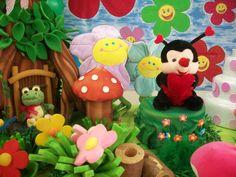 Tema Jardim dos Bichinhos - Detalhe de mesa com personagens e complementos de tema
