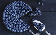 Twistet klassiker. Den klassiske jordbærtærte har fået en overhaling af blåbærrene – og det gør den godt. - Foto: Maja Ambeck Vase