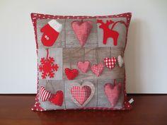 Housse coussin patchwork, déco Noël avec des coeurs : Textiles et tapis par michka-feemainpassionnement