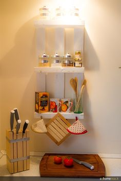 Riciclo di piccoli bancali per soluzioni salvaspazio ed originali in cucina. Ecco 4 idee di creazione dhomenica.it http://www.dhomenica.it/index.php/blog-dh/piccoli-bancali-in-casa-4-idee-creative