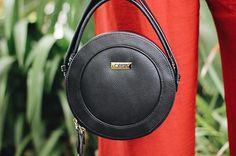 Talvez alguns aqui ainda não saibam, mas temos uma marca de bolsas chamada @ornaconcept com conceito slow fashion. Essa é a #bolsataruma e está disponível na nossa loja www.orna.com.br ❤️