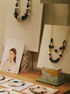 Atelier: Après Ski | itfashion.com Jewelry Table Display, Accessories Display, Jewellery Storage, Craft Booth Displays, Booth Decor, Diy Necklace Stand, Glass Jewelry Box, Jewellery Exhibition, Geometric Jewelry