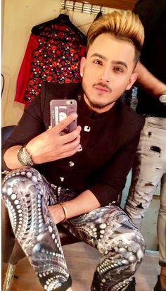 Big Crush, Sherwani, Mens Fashion Suits, Beautiful Boys, Music Artists, Prom Suit, Menswear, Singer, Men's Hairstyles
