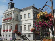 Rocroi et sa mairie. Un bâtiment qui date de 1843., construit sur l'emplacement du Lieutenant du Roy.