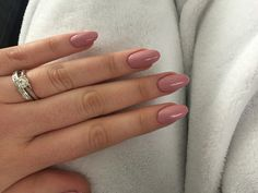 gel rosa antico, unghie stiletto con top coat brillante per un effetto chic