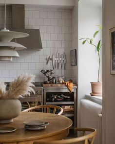 Green kitchen inspiration from a warm, cozy and timeless apartment. Home Decor Styles, Home Decor Items, Home Decor Accessories, Cheap Home Decor, Indian Home Decor, Fall Home Decor, Living Room Interior, Kitchen Interior, Interior Livingroom