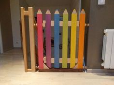 New wooden stairs diy bedrooms ideas Diy Baby Gate, Baby Gates, Vertical Pallet Garden, Pallets Garden, Diy Privacy Fence, Build A Table, Baby Diy Projects, Wooden Stairs, Pallet Painting