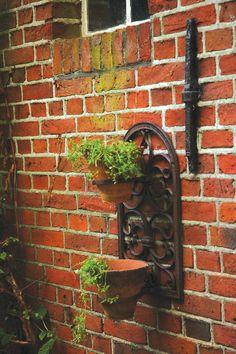 A szögletes, vagy lekerekített formák hívei kedvükre választhatják ki a számukra legmegfelelőbb kialakítású öntöttvas virágcserép tartót a három különböző változat közül, melyekben darabonként két kaspó helyezhető el. A virágtartó önmagában is megállja a helyét, de több esetén igazi kiskertet varázsolhatunk a csupasz házfalra. Outdoor Structures