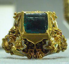 Bague, Italie, XVIème siècle. Or émaillé, Emeraude. Legs du baron Adolphe de Rotschild (1901). Musée du Louvre.  ring with an emerald, Italy, 16th century