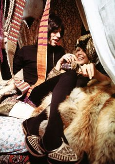 The Argument for fur pelts on a bed or sofa. Mick Jagger and Anita Pallenberg on fur throw, 1967 Bianca Jagger, Mick Jagger, Anita Pallenberg, Patti Hansen, Mundo Musical, The Rolling Stones, Image Film, Hippie Man, Vintage Fur