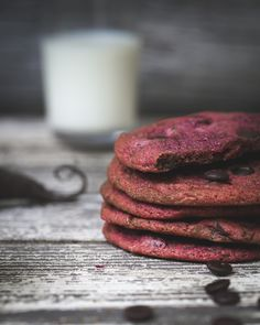 Chocolate chip cookies colored with beetroot. http://www.jotainmaukasta.fi/2016/01/02/ruokatrendit-2016/