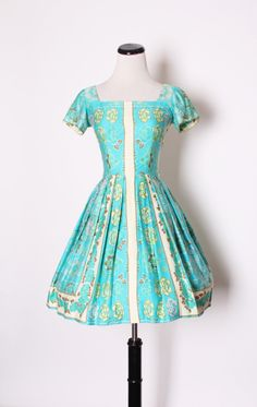 I adore the colour palette and floral print of this marvelous 1950s spring/summer dress.