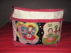 Miolo de bolsa confeccionada em lona e tecidos variados. Com muitas divisões e pendurador de chaves. R$ 44,52